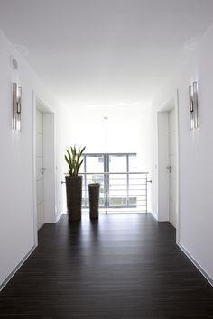 Der dunkle Boden bildet einen harmonischen Kontrast zum sonst hellen Flur