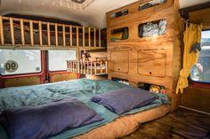 LIFEforFIVE-Wohnmobil-Ausbau-Blick in das Wohnmobil mit Schrank und Betten. Cargo Trailers, Camper Trailers, Camper Van, Campers, Van Design, House Design, Cargo Trailer Conversion, Vw Lt, Van Car