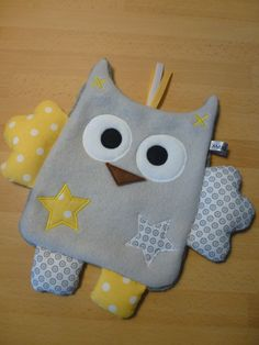doudou_hibou_gris_clair_jaune_blanc__1_ Baby Activity Gym, Baby Sewing Projects, Couture Sewing, Baby Nursery Decor, Cute Toys, Felt Fabric, Felt Ornaments, Baby Patterns, Softies