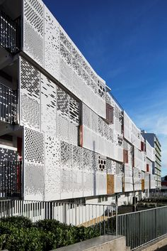 48 Ideas for perforated metal screen detail Parking Building, Building Facade, Building Design, Archi Design, Facade Design, Exterior Design, Facade Architecture, Sustainable Architecture, Kinetic Architecture