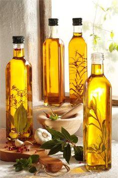 Rezept für Kräuteröl selbst gemacht bei Essen und Trinken. Und weitere Rezepte in den Kategorien Kräuter, Dressing / Vinaigrette, Eingemachtes, Einmachen, Einfach, Gut vorzubereiten, Schnell.