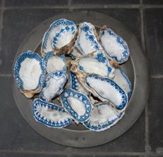 Decorating oysters is such a cool thing to do. It doesn't take much and looks really nice! Seashell Painting, Seashell Art, Seashell Crafts, Beach Crafts, Stone Painting, Oyster Shell Crafts, Oyster Shells, Sea Shells, Painted Shells