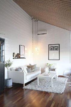 Une déco salon blanc sereine avec un plafond lambris bois