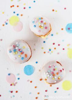 Fasching Berliner gefüllt mit Vanille Pudding oder Marmelade, Karneval, Krapfen, Zuckerstreusel, Zuckerguss, Glasur, Konfetti, Party, Kindergeburtstag, Sweet Table