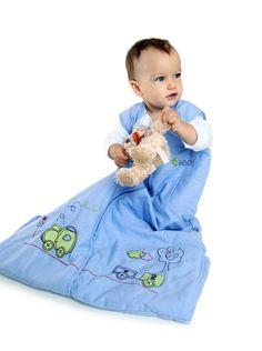 Schlummersack Ganzjahresschlafsack Zug mit mittigem Reißverschluss. Schon kleine Jungs lieben Züge. Unser kuschelig weicher Schlafsack Choo, Choo Zug aus blauem 100% Chambray Baumwollstoff ist schön bestickt mit einem Zug und dem Wort 'Choo Choo' auf der Brust. Das Innenfutter ist auch aus 100% Baumwolle. Wattiert sind die Schlafsäcke mit weichem Polyester Fleece.
