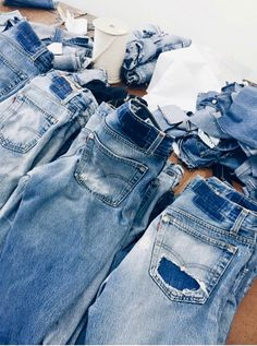 Shop RE/DONE for Men and Women online. RE/DONE jeans are the vintage denim of your dreams, worn perfectly, and remade in your favorite modern fits. Raw Denim, Denim Jeans, Mom Jeans, Blue Jeans, Linda Tol, I Believe In Pink, Vintage Levis, Minimal Fashion, Denim Fashion