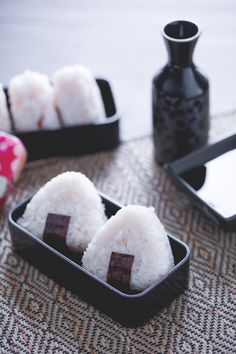 Onigiri: sicuramente li avrai già visti in qualche anime. Semplici e nutrienti, sono uno dei piatti tipici della schiscetta in Giappone. [Japan onigiri] I Want Food, Cute Food, Yummy Food, Sushi Co, Homemade Ramen, Exotic Food, Burger, Aesthetic Food, Japanese Food