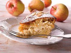 Mehevä omenakakku on syksyinen herkku. Kakku kätkee sisäänsä raikkaan omenarahkatäytteen.