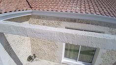 Enduit projeté, pigmenté et sculpté en façade extérieure avec garantie décennale. Finition pierre de région (pigments naturels utilisés).