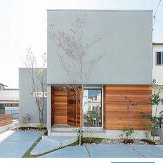 イエコト。さんはInstagramを利用しています:「施工例 『こころモデルハウス2017』 オープン期間も今週のみとなりました。 まだ見られてない方は今週末に是非お越しください! #トランスデザイン #イエコト。 #広島の注文住宅#設計事務所 #工務店…」 Modern Architecture Design, Facade Design, Residential Architecture, Exterior Design, Minimalist House Design, Small House Design, Japanese Modern House, Home Room Design, My House