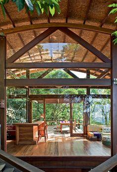 Escondido numa porção de mata Atlântica no litoral de São Paulo, este refúgio de 153 m² assegura um convívio gentil entre os moradores e a natureza ao redor