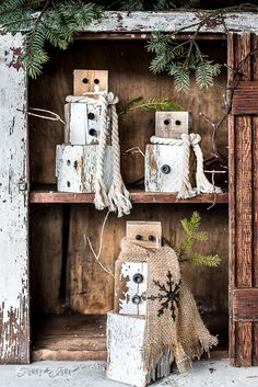 Rustic Christmas Ideas: scrap wood rusty junk snowmen with rope and burlap Christmas Wood Crafts, Wood Christmas Tree, Farmhouse Christmas Decor, Primitive Christmas, Rustic Christmas, Christmas Projects, Christmas Tree Decorations, Holiday Crafts, Christmas Crafts