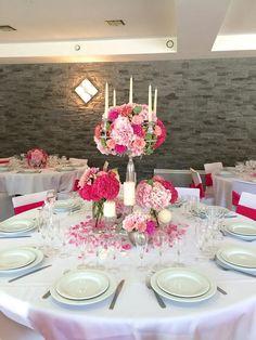 Chandelier fleuri pour table d'honneur Mariage fuchsia & blanc