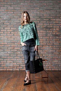 Maglia in misto mohair con stampa e lamina Jeans boyfriend con cristalli e borchie