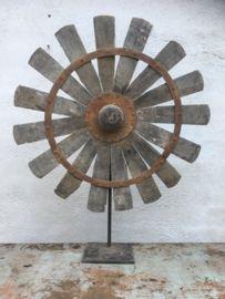 Groot oud vergrijsd houten ornament grijsbruin waaier op voet spinnewiel spinnenwiel wiel op statief standaard eye-catcher raamdecoratie landelijk stoer grijs