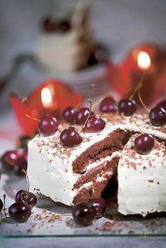 Pane uuni kuumenemaan 175 asteeseen. Voitele ja jauhota pyöreä, halkaisijaltaan noin 22 sentin kakkuvuoka. Vatkaa voi ja sokerit vaahdoksi. Aesthetic Food, Tiramisu, Panna Cotta, Raspberry, Cherry, Bread, Baking, Fruit, Ethnic Recipes