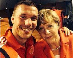 WM 2014: Lukas Podolski postet Selfie mit Angela Merkel. Foto: Instagram/ poldi_official.