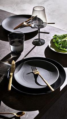 H&M HOME Ligthen up dark grey tableware with golden cutlery and stemmed wine glasses. Open Galley Kitchen, Galley Kitchen Design, Galley Kitchen Remodel, Galley Kitchens, Home Kitchens, Deco Design, Küchen Design, Layout Design, Vase Deco