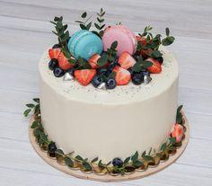 Chtěla bych vám všem poděkovat za vaše blahopřání včera je mi potěšením. Dnes jsem vám ukážu neobvyklý svatební dort s překvapením uvnitř. Ten 3-kilový klučík nejen svatební dort ale i dort k určení pohlaví očekávaného miminka. Jde o to že náplň tohoto dortu byla objednána po noticce na které bylo napsáno pohlaví očekávaného miminka ten papír předala mi těhotná paní předem. Pokud je to kluk - bylo nutné udělat borůvkovou a je-li holčička - jahodovou. A na svatbě novomanželé rozříznuv dort…