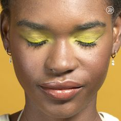 An all-yellow look to brighten your day