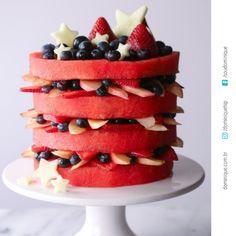 Olha que coisa mais fresca e light. Um Naked Cake de melancia. Duvido que mate a vontade daquele docinho, mas que enche os olhos, ahhh isso sim.. #mulheresmaduras #mulhermadura #mulherespoderosas #dieta #nakedcake #bolodemelancia #mulheresdeatitude #soudominique