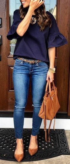 Blue Blouse // Skinny Jeans // Pumps // Tote Bag Source