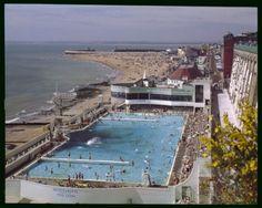 Elmar Ludwig. La piscine, Ramsgate, Royaume-Uni (c.1960-65). Crédit: John Hinde Collection Ltd.