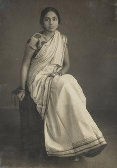 ... Modern India, Vintage India, Kanchipuram Saree, Saree Look, India Fashion, Photo Archive, Vintage Pictures, Indian Beauty, Old Photos