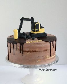 Marsispossu: Kaivurikakku 1-vuotissynttäreille Construction Party Cakes, Construction Birthday Parties, 2nd Birthday Parties, 4th Birthday, Truck Birthday Cakes, Cupcakes, Elmo, Baking, Desserts