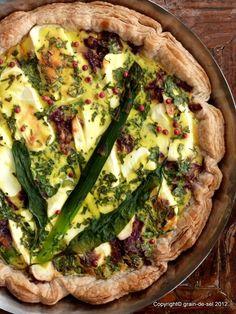 grain de sel - salzkorn: Grüner Spargel in einer Tarte mit Lachs und Ziegenfrischkäse auf...