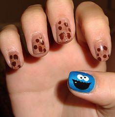 Uñas inspiradas en postres con diseño de galletas y el monstruo come galletas