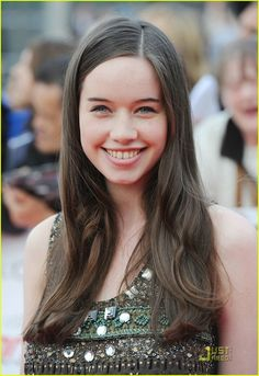 Anna Popplewell Charms Nicholas Braun: Photo Anna Popplewell gets into the tribal trend as she arrives at the 2011 National Movie Awards held at the Wembley Arena in London on Wednesday evening (May … Susan Pevensie, Anna Popplewell, Hollywood Actor, Hollywood Actresses, Actors & Actresses, Prince Caspian, Ben Barnes, Chronicles Of Narnia, Beautiful Celebrities