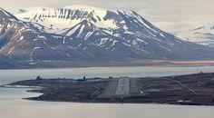 O aeroporto que serve a cidade de Longyearbyen, no arquipélago norueguês de Svalbard, tem um pista de pouso e decolagem cercada pelas águas do oceano Ártico e que é vizinha de uma linda cadeia de montanhas nevadas. O local recebe voos provenientes de grandes cidades norueguesas como Oslo e Tromso, e é porta de entrada para uma fotogênica região da Noruega, onde é possível chegar perto de geleiras e explorar o Forlandet National Park, que se espalha por uma área de 616 km² recheada de…