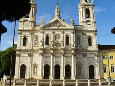 The Estrela Basilica in Lisbon is a Baroque and a neoclassical monument. This was the convent of the neoclassical and barefoot Carmelites. The blueprint of this monument is rectangular, with the exception of the church attached that was built in a cross-shaped.
