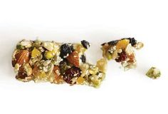 Homemade KIND Bar Recipe (Contains nuts, seeds, dried fruits, and a sticky sweet syrup. The only thing missing is the fancy cellphone wrapping and the fancy price tag. Cereal Recipes, Snack Recipes, Healthy Recipes, Homemade Kind Bars, Healthy Treats, Healthy Eating, Healthy Granola Bars, Snacking, The Best