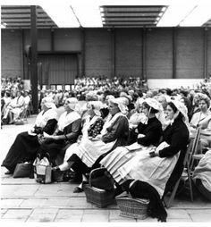 Afbeelding van enkele vrouwen in klederdracht tijdens de viering van het 30-jarig jubileum van de Bond van Gereformeerde Vrouwenverenigingen in de Margriethal van de Jaarbeurs (Croeselaan) te Utrecht. 1968 Hofland, L.H. (fotograaf) #Friesland #Saksen