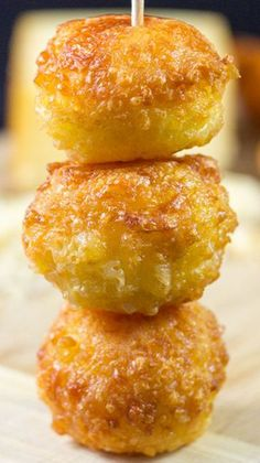 Mini Cheese Balls Recipe ~ The perfect appetizer or snack for parties. You can't go wrong with some ooey, gooey cheesy balls! Mini Cheese Balls Recipe ~ The perfect appetizer or snack for parties. You can't go wrong with some ooey, gooey cheesy balls! Finger Food Appetizers, Yummy Appetizers, Appetizers For Party, Appetizer Recipes, Snack Recipes, Cooking Recipes, Finger Foods For Parties, Potato Recipes, Vegetable Recipes