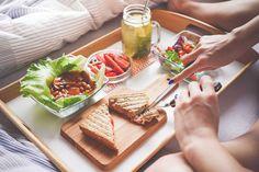 Es recomendable tomar entre 5 y 7 raciones de fruta y verdura al día, seleccionándolas en su forma fresca y natural. Además, comer la fruta con la piel y evitar los juegos envasados, esto te ayudará a tener una dieta más saludable y evitar enfermedades. ¡Buen día!