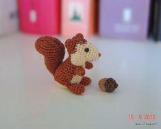 animali in miniatura 1,2 pollici alto - uncinetto mini scoiattolo e minuscola ghianda - arte casa delle bambole amigurumi