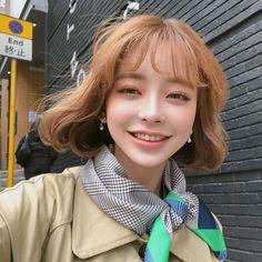 #chuu #츄 #트렌치코트 입고 누비는 홍콩조하〰❣️ Asian Cute, Cute Korean Girl, Asian Girl, 3 4 Face, Korean Short Hair, Ulzzang Korean Girl, Uzzlang Girl, Girl Short Hair, Aesthetic Girl