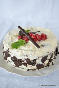 Tort Stracciatella cu crema mascarpone si ciocolata | Savori Urbane Camembert Cheese, Deserts, Sweets, Cakes, Mini, Food, Model, Mascarpone, Gummi Candy