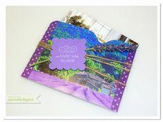 papierrascheln.blogspot.de 》Verwendet wurde hier ein Bild mit Lavendel im Postkartenformat. Mittig gefalzt und zusammengeklebt mit dem wunderbaren Washi-Tape. Drum herum einwenig Jutekordel, ein Stück Lavendel und ein, mit dem Wellenquadrat ausgestanztes Tag, welches mit Dimentionals festgeklebt wurde. Der Spruch 'Bleib wie du bist' kommt aus dem Set 'Perfekte Pärchen' und die Blümchen aus 'Pedal Presents'.