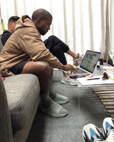 Kanye West Outfits, New Outfits, Summer Outfits, Kanye Yeezy, Black Men Street Fashion, Yeezy Fashion, Yeezy Outfit, Latest Mens Fashion, Male Fashion