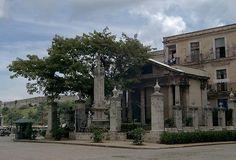 El Templete es una pequeña estructura neoclásica construida en 1828 en la zona este de la Plaza de Armas, justo enfrente del antiguo Palacio de los Capitanes Generales, en el lugar donde en 1519 se fundó la villa de San Cristóbal de La Habana.  La capilla alberga un busto de Cristóbal Colón y tres cuadros del pintor francés Jean-Baptiste Vermay, que representan la primera misa, el primer cabildo y a las autoridades que participaron en la ceremonia de inauguración del edificio.
