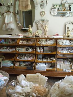 Great craft room storage or shop display. Looks Vintage, Vintage Modern, Antique Shops, Vintage Shops, Rangement Art, Vintage Accessoires, Coin Couture, Shabby Chic, Vintage Display