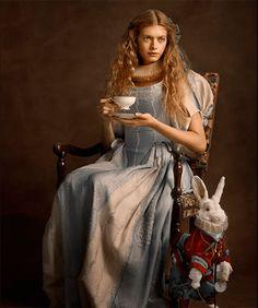 ¡OFERTA 10 % DE DESCUENTO! Alice in Beautyland Maquillaje Mineral con Piedras Preciosas. ¡Hola a tod@s! ¡Me encanta Alicia!, soñadora, curiosa, inconformista, aventurera, independiente… una niña que vive su propia fantasía y no acepta los cánones impuestos por la sociedad de su época, sobre lo que una mujer debe ser o hacer…  Basándose en el maravilloso personaje de Lewis Carroll, Eva y Aroa, dos emprendedoras españolas, han creado un maquillaje mineral maravilloso, 100% natural.