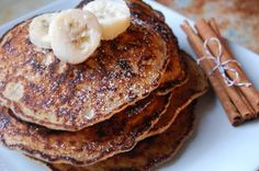 I don't even enjoy pancakes, but these look amazing // Cinnamon Banana (Protein) Pancakes