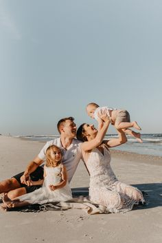 Beautiful sunset beach family photography session on the big Family Beach Session, Summer Family Photos, Family Beach Pictures, Beach Photos, King Photography, Beach Photography, Family Photography, Fotos Strand, Family Portrait Poses