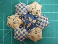Hexagon pin cushion The pin cushion is made with the paper piecing method (also known as English piecing). This is a traditional way of working - and hexagons are often the first experience people have of patchwork. Needle Case, Needle Book, Sewing Hacks, Sewing Projects, Hexagon Quilt, English Paper Piecing, Sewing Accessories, Pin Cushions, Quilting Designs
