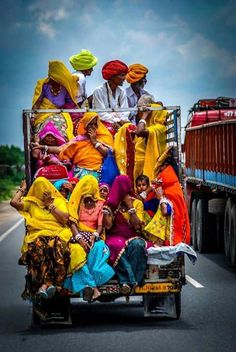 Such a rainbow of color - while hitching a ride in India. Nepal Culture, India Culture, Travel Photographie, Stage Yoga, Meditation France, Yoga Lyon, Mother India, Backpacking India, Amazing India
